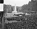 Dodenherdenking Oosterbegraafplaats Amsterdam. Op Dam bij Nationaal Monument, Bestanddeelnr 907-7425.jpg