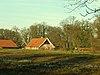 foto van Erve Dubbelink: grote boerderij van het hallehuistype aan de rand van het bos gelegen, die behoort bij het landgoed Twickel