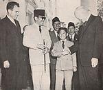 Dwight Eisenhower shaking hands with Guntur Sukarno, Presiden Soekarno di Amerika Serikat, p6.jpg