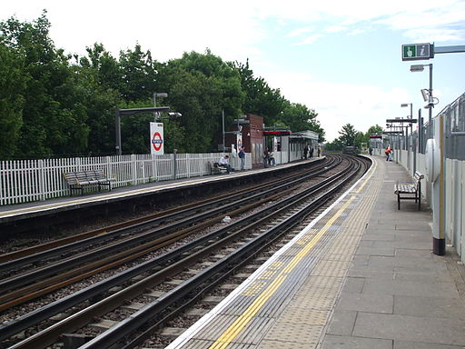 East Acton stn eastbound