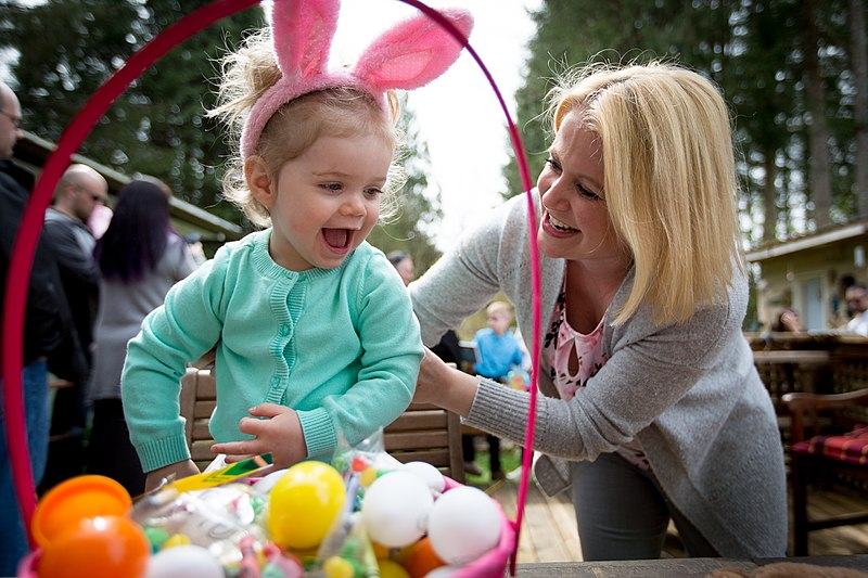 File:Easter egg hunt (34079520795).jpg