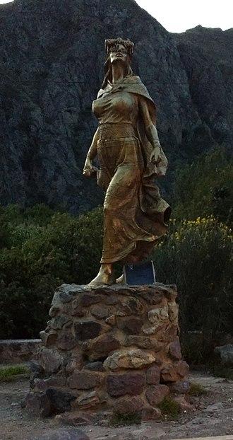 Cura Ocllo - A statue of Cura Ocllo in Ollantaytambo
