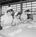 Fabriek voor schoonheidsproducten Helena Rubinstein in Nazareth Medewerksters b, Bestanddeelnr 255-4420.jpg