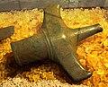 Firse sten (Raä-nr Falköpings Östra 1-1) svärdshjalt i brons 5224.jpg