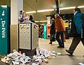 Flickr - NewsPhoto! - vuilnis op Amsterdam CS.jpg