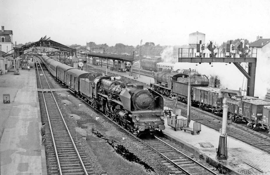 Chalons-sur-Marne (Marne), a busy station 1958: An SNCF Est 4-8-2 is eastbound on an express, while a 2-8-0 passes on a freight from Troyes.
