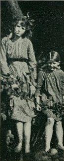 Photographie de Frances Griffiths et Elsie Wright prise par Arthur Wright en juin 1917, avec l'appareil photo qu'il venait juste d'acquérir.