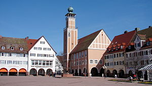 An der gegenüberliegenden nördlichen Ecke des Marktplatzes steht das Rathaus