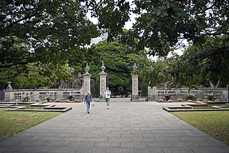 Royal Botanic Garden, Sydney - Image: Gates at Royal Botanic Gardens viewed from Art Gallery Road