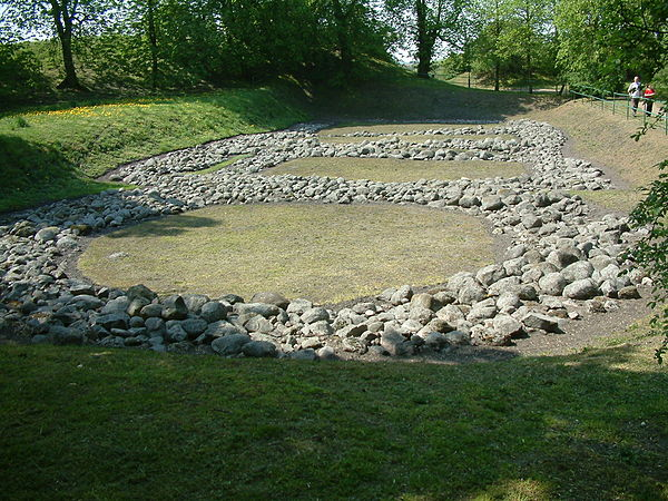 Rezerwat Archeologiczny - Gród Piastowski w Gieczu - fundamenty palatium i rotundy (fot. Wikipedia - Radomil, lic. C.C.3,0)