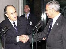 Giuliani (a sinistra) e Colin Powell