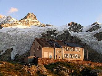 Gleckstein Hut - The Gleckstein Hut with the Kleines Schreckhorn in background
