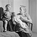 Grootmoeder Klein met kleinkinderen op de bank, Bestanddeelnr 254-4643.jpg