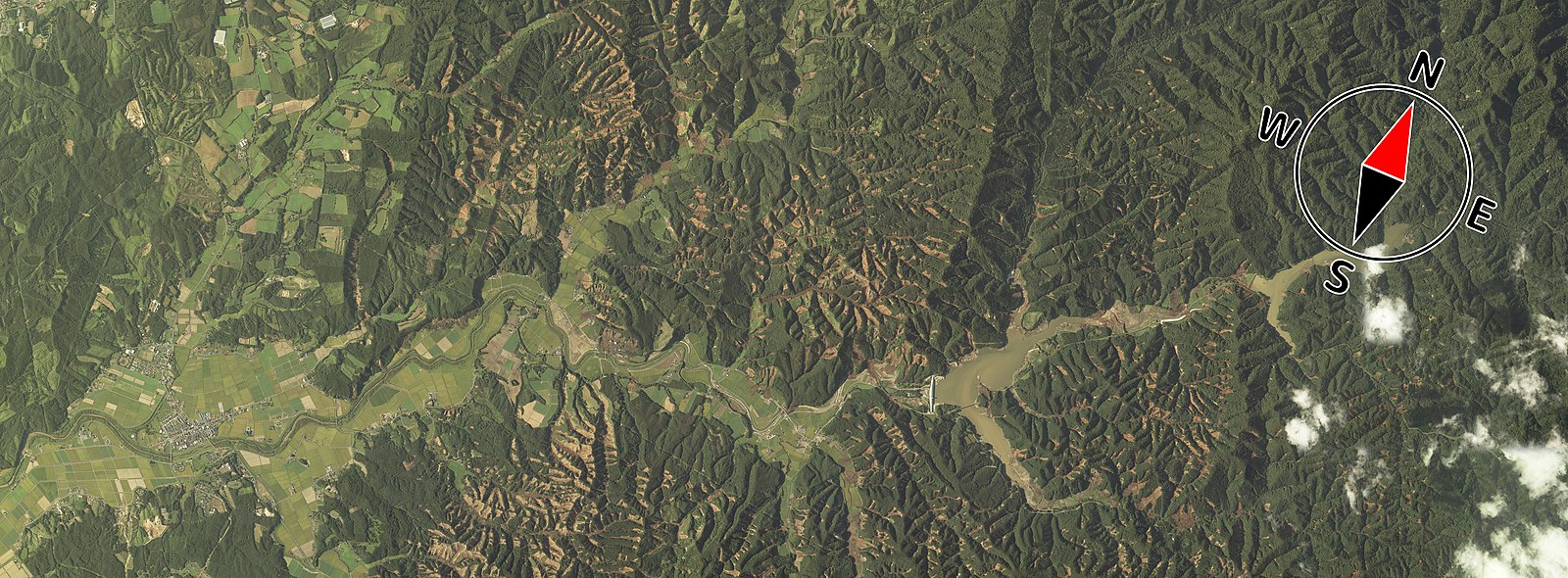 Landslides (brown) can be seen throughout an aerial photograph of northern Atsuma taken after the earthquake. Ground surface in northern Atsuma Town after 2018 earthquake.jpg