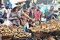 Groupe de vendeurs de pommes de terre dans un marché.jpg