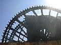 Hama, Norias (hölzerne Schöpfräder) schaufeln quietschend das Wasser aus dem Orontes in die Aquädukte (37818962345).jpg