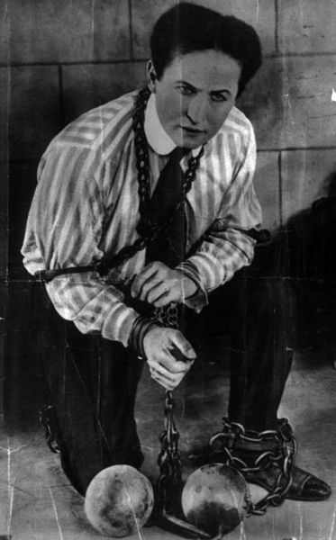 http://upload.wikimedia.org/wikipedia/commons/thumb/2/2a/Harry_Houdini-b.jpg/373px-Harry_Houdini-b.jpg