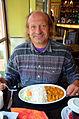 Hartmut von Willert im indischen Spezialitäten-Restaurant Maharaja in der Goltzstraße 20 von Berlin-Schöneberg vor einem vegetarischen Reis-Curry-Bananen-Gericht.jpg