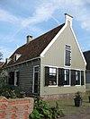 foto van Houten huis met puntgevel aan de straat