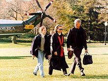 Chelsea, Hillary, and Bill Clinton depart a helicopter