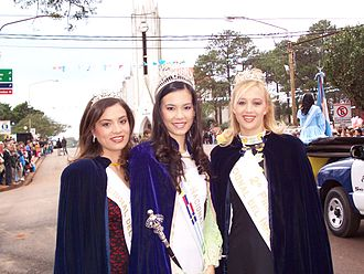 Immigrant's Festival - National Queen of the Immigrant (center), 1° princess (left) and 2° princess (right) from the year 2004, in the beginning of XXVII National Immigrant's Festival