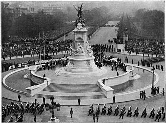 Victoria Memorial, London - The memorial's unveiling ceremony