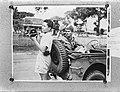 Indonesische jongeman met filmcamera bij een jeep met Brits-Indische militaire , Bestanddeelnr 901-5490.jpg