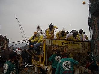 Carnival in Italy - Image: Ivrea Carnevale Battaglia Arance 01