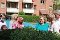 Janni Milsted fra Mjoelnerparken i Koebenhavn viser et projekt frem, hvor beboerne har vaeret med til at plante krydderurter og baerbuske i store kasser i de fire garde i Mjoelnerparken (1).jpg