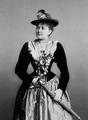 Jenny Gross im Trachtenkleid. Photographie von J. C. Schaarwächter.png