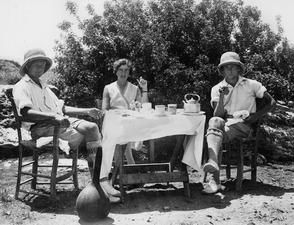 John Lindros, Vivi Gjerstad och Alfred Westholm vid frukostbordet. Vouni. Galini - SMVK - C01669.tif
