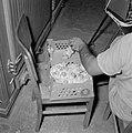 Kalkoenfokkerij in Beit Herut Werknemer doet kalkoenkuikens in een doos, Bestanddeelnr 255-4612.jpg