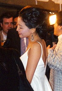 200px-kim_hee-seon%28sun%29_at_the_premiere_of_the_myth,_toronto_film_festival_2005
