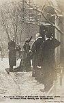 Kongeparret motages af Stiftsprovst Gustav Jensen udenfor Vor Frelsers Kirke, Søndag den 26. novbr. 1905 - no-nb digifoto 20160209 00508 bldsa PK15107.jpg