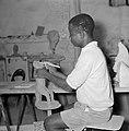 Kunstenaarskolonie Ein Hod. Paul Osifo uit Nigeria aan het boetseren. Hij volgt , Bestanddeelnr 255-2784.jpg
