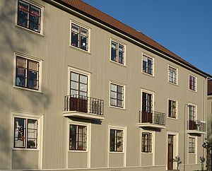 Landshövdingehus - Kvarteret Maskrosen, built 1928–1934 at Gröna vallen, is characteristic of Kungsladugård. The building is in a classical style, with vertical smooth wooden board (i.e. without strips) and a small yard facing the street.