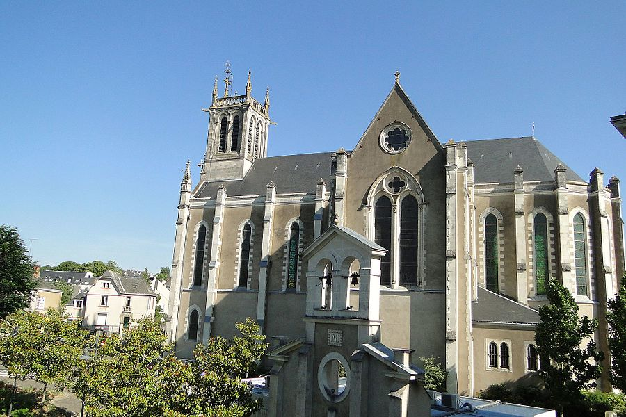L'ancienne église paroissiale Saint-Pierre, en mauvais état et jugée trop petite, fût démolie pour laisser place à l'édifice actuel, dont la construction, commencée en 1869, ne put être achevée que 10 ans plus tard après de graves difficultés techniques, provoquées par des tassements du terrain.