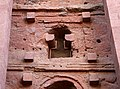 Lalibela, chiesa di bete medhane alem, esterno, finestre 19.jpg