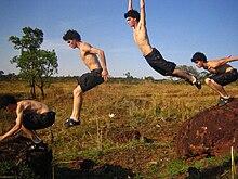 Salto de precisão (Saut de précision, no original), um dos saltos mais  comuns na prática do Parkour. Desenvolvido ... d862b6b01b
