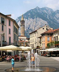 Piazza XX Settembre, in the centre o the toun, an the San Martino moontain.