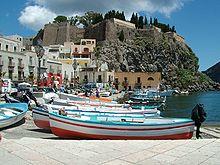 La piazza di Marina Corta. Sullo sfondo la rocca del Castello di Lipari