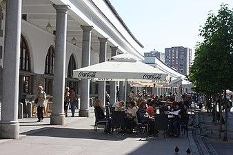 Ljubljana, vor der Markthalle.JPG