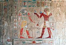 Horus y Tutmosis III, como oferente. Templo de Hatshepsut. Deir el-Bahari.