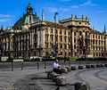 München, Stachus, erste Frühstückspause vorm Justizpallast(LH5) (14041157125).jpg