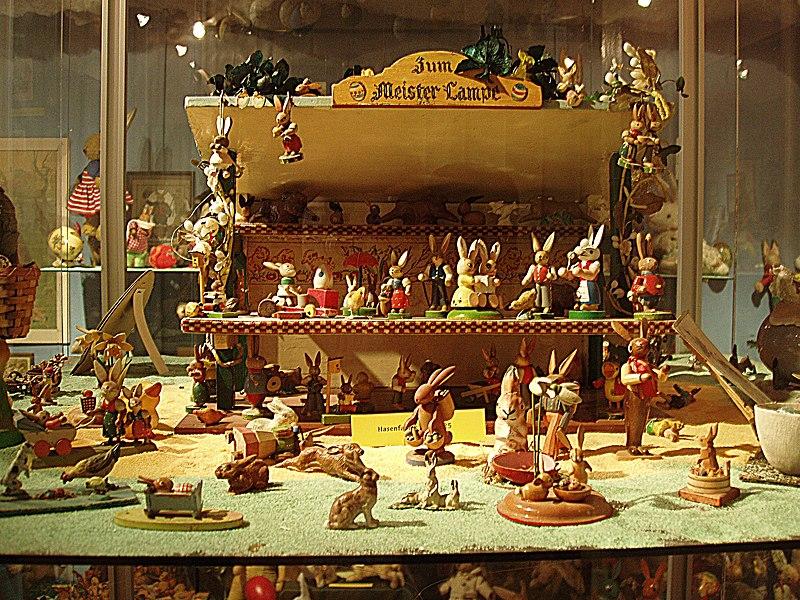 Datei:München - Zentrum für Außergewöhnliche Museen (Vitrine in der Sammlung des Osterhasen-Museums).jpg
