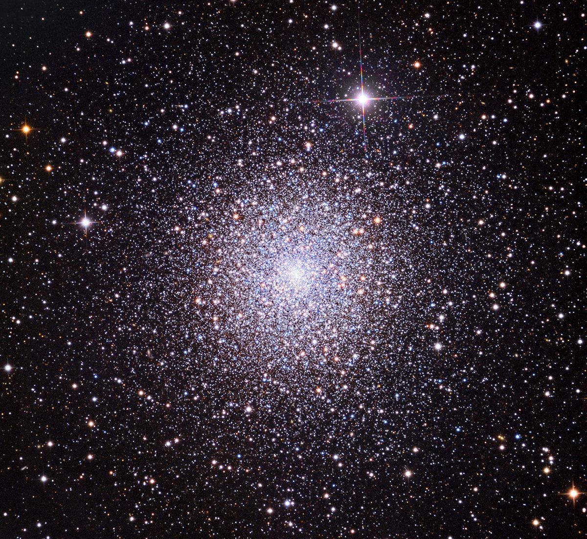 Aufnahme des Kugelsternhaufens Messier 15 mithilfe des 81-cm-Spiegelteleskops des Mount-Lemmon-Observatoriums bei einer Belichtungszeit von 2 Stunden je Farbkomponente. Die Bildhöhe beträgt etwa 20 Bogenminuten.
