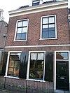 foto van Pand met rechte lijstgevel; dakkapel met vleugelstukken. Benedenpui gepleisterd en vensters en deuren gewijzigd