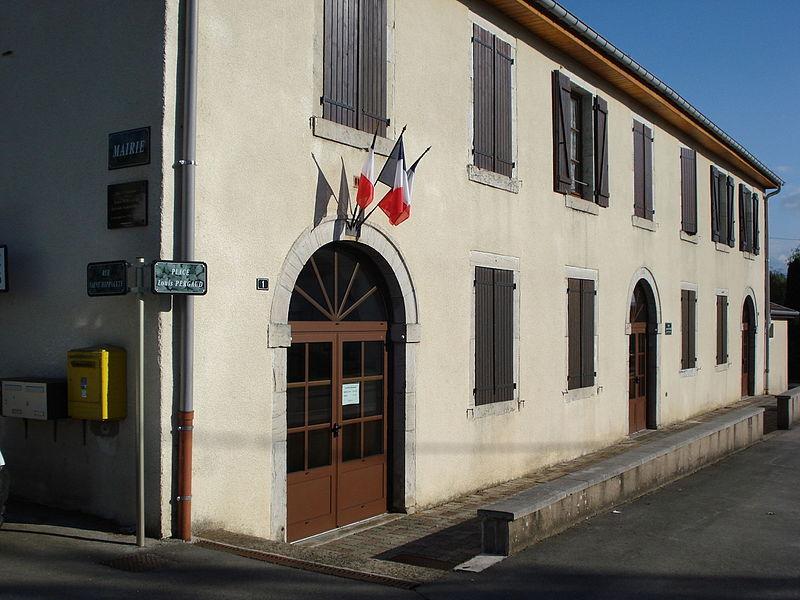 Mairie de Durnes, France. Plaques et entrée.