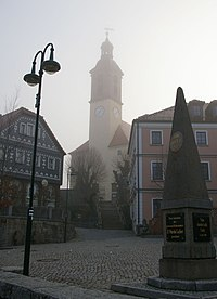 Markt mit Kirche im Nebel Sohland.jpg