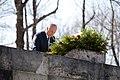 Ministru prezidents Valdis Dombrovskis piedalās svinīgajā vainagu nolikšanas ceremonijā Rīgas Brāļu kapos, atzīmējot Nacisma sagrāves dienu un pieminot Otrajā pasaules karā bojāgājušos (8720267120).jpg
